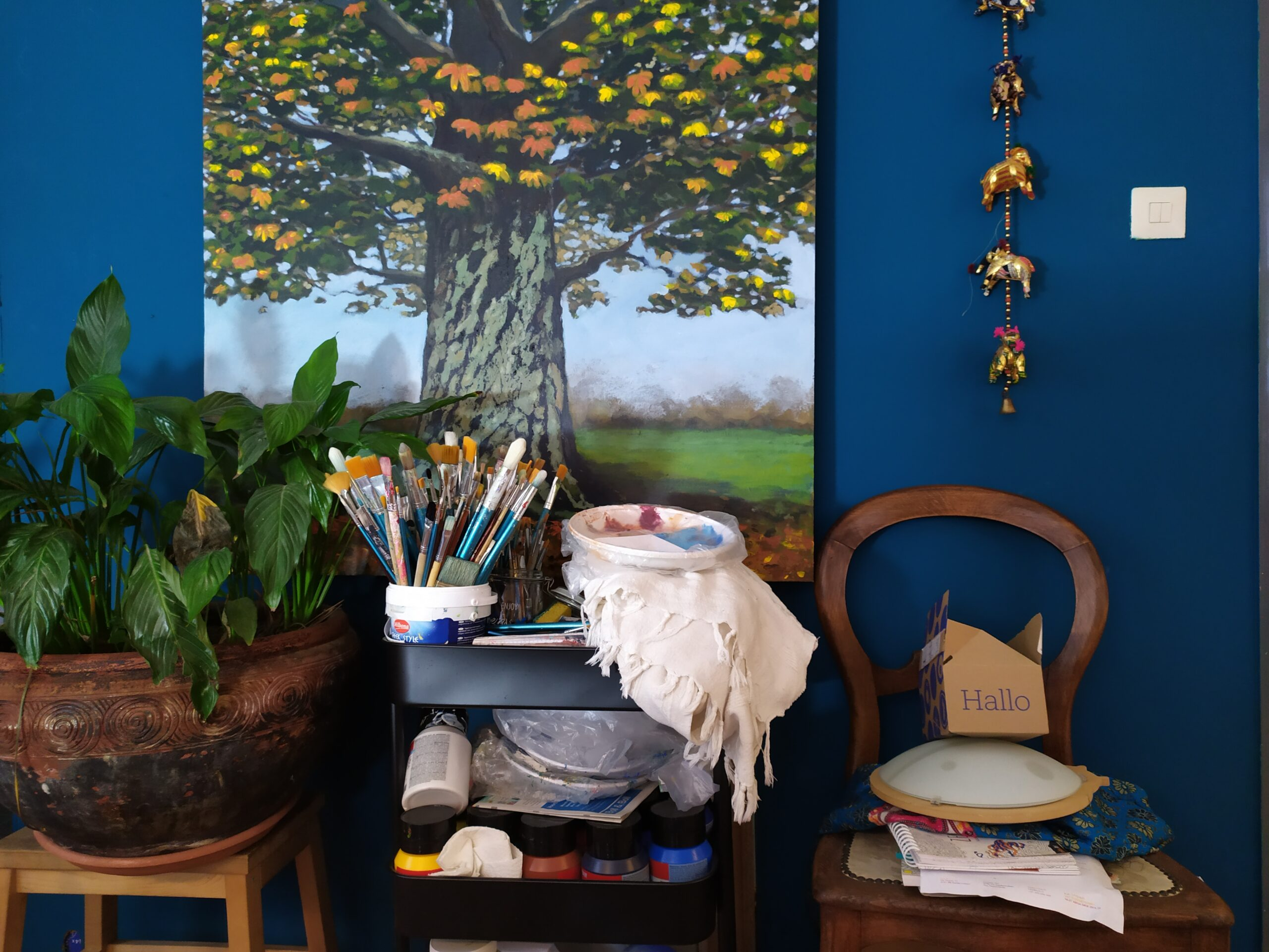 Foto van werkplek bij kunstschilder. Een beetje chaos.